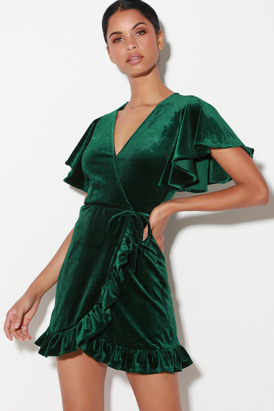 Festive Christmas Party Outfit // What to Wear for a Christmas Party // Christmas Day Outfit // Velvet Green Dress // More on www.sunshinestyleblog.com